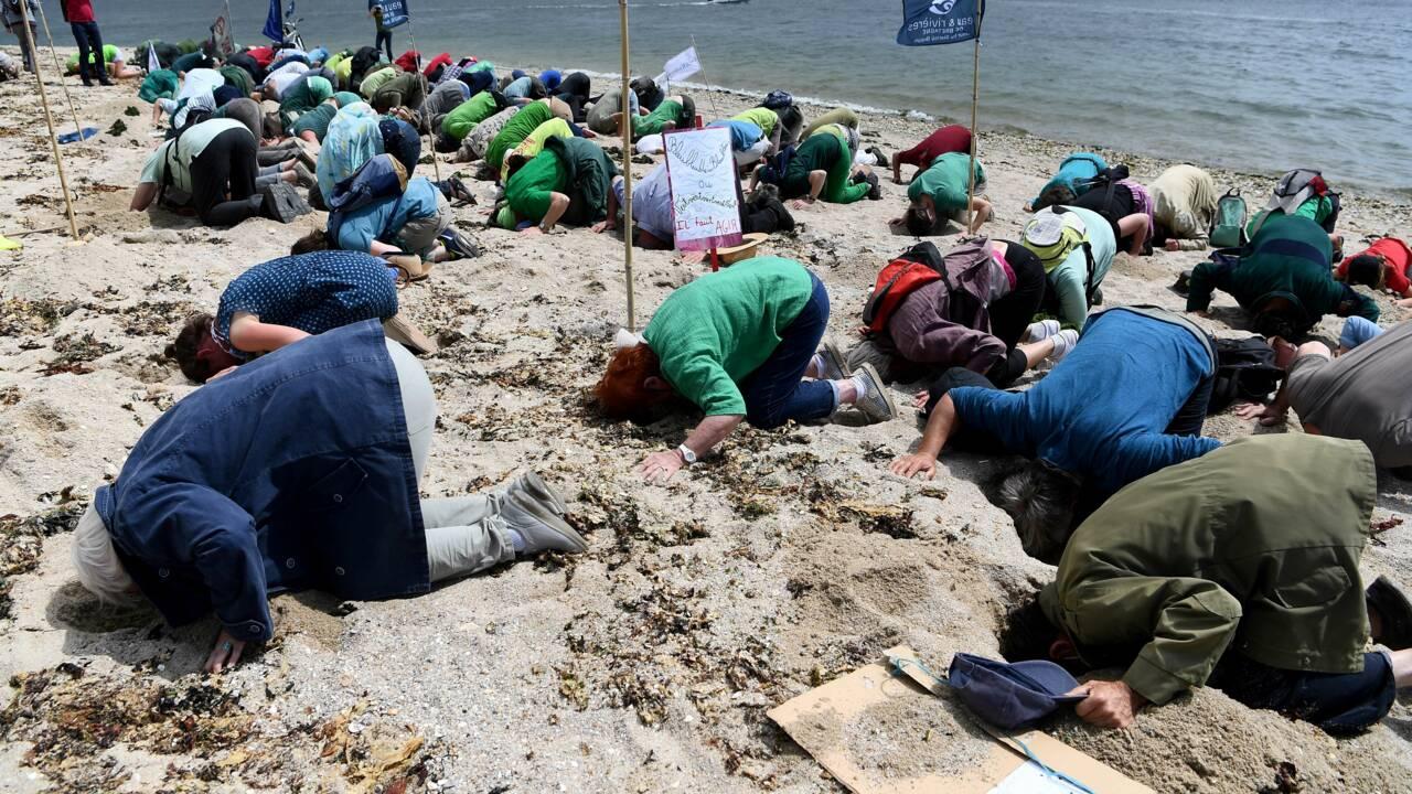 Bretagne: la tête dans le sable pour dénoncer l'insuffisance de l'action contre les algues vertes
