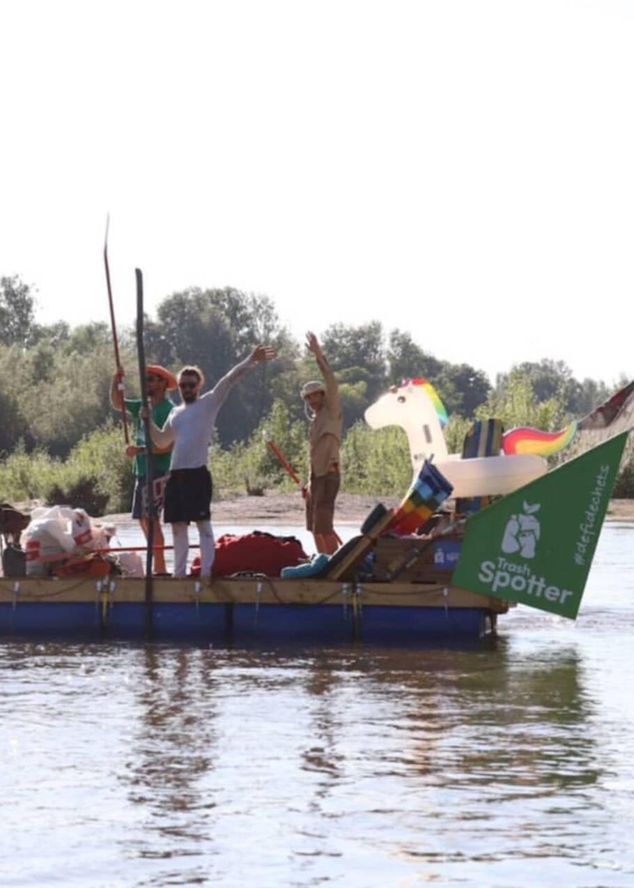 Douze jours en radeau sur la Loire pour ramasser les déchets : la nouvelle aventure de Rémi Camus