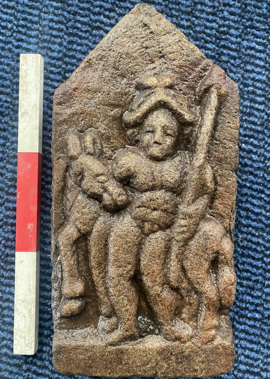 Angleterre : une pierre sculptée montrant un cavalier armé découverte dans les ruines d'un fort romain