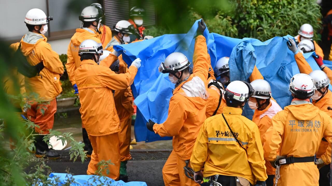 Au Japon, les secouristes cherchent des survivants après la coulée de boue