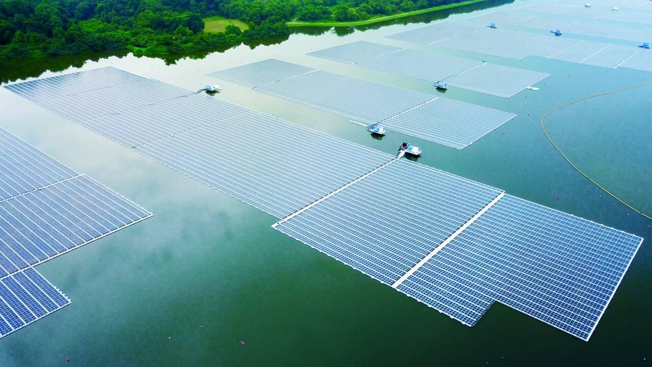 Singapour dévoile l'une des plus grandes centrales solaires flottantes au monde