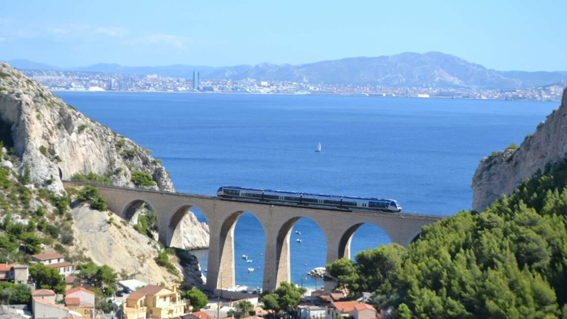 A flanc de falaises sur les bords de la Méditerranée, le retour du train de la côte Bleue entre Marseille et Miramas