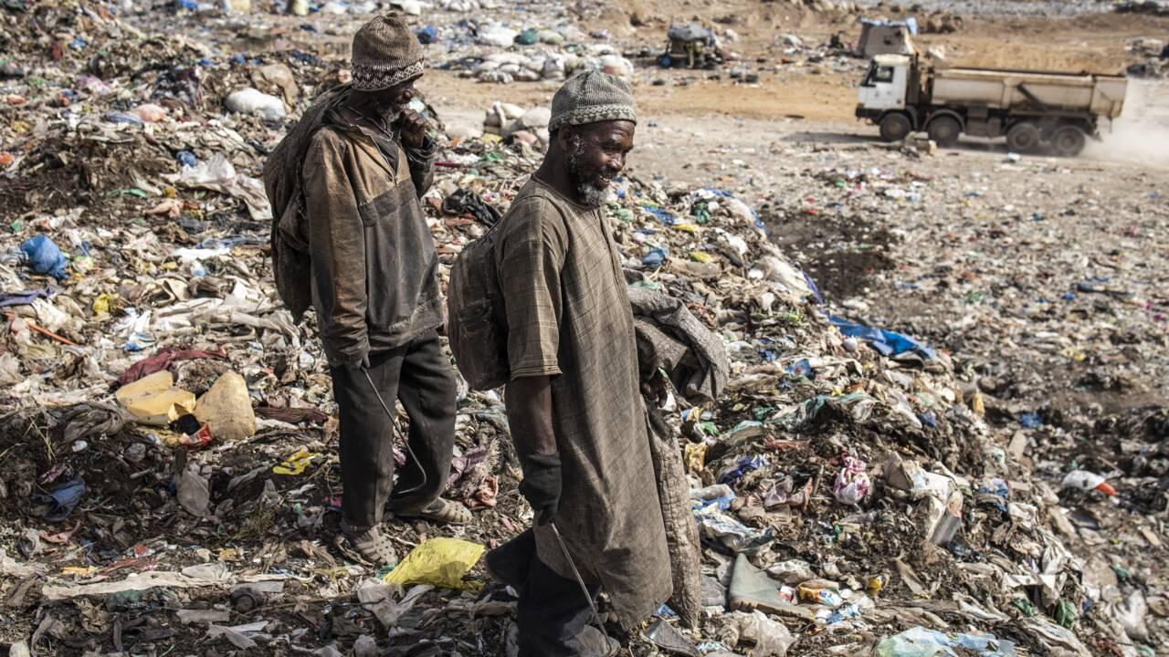 """L'avenir en pointillé des """"récupérateurs"""" de la décharge de Dakar"""