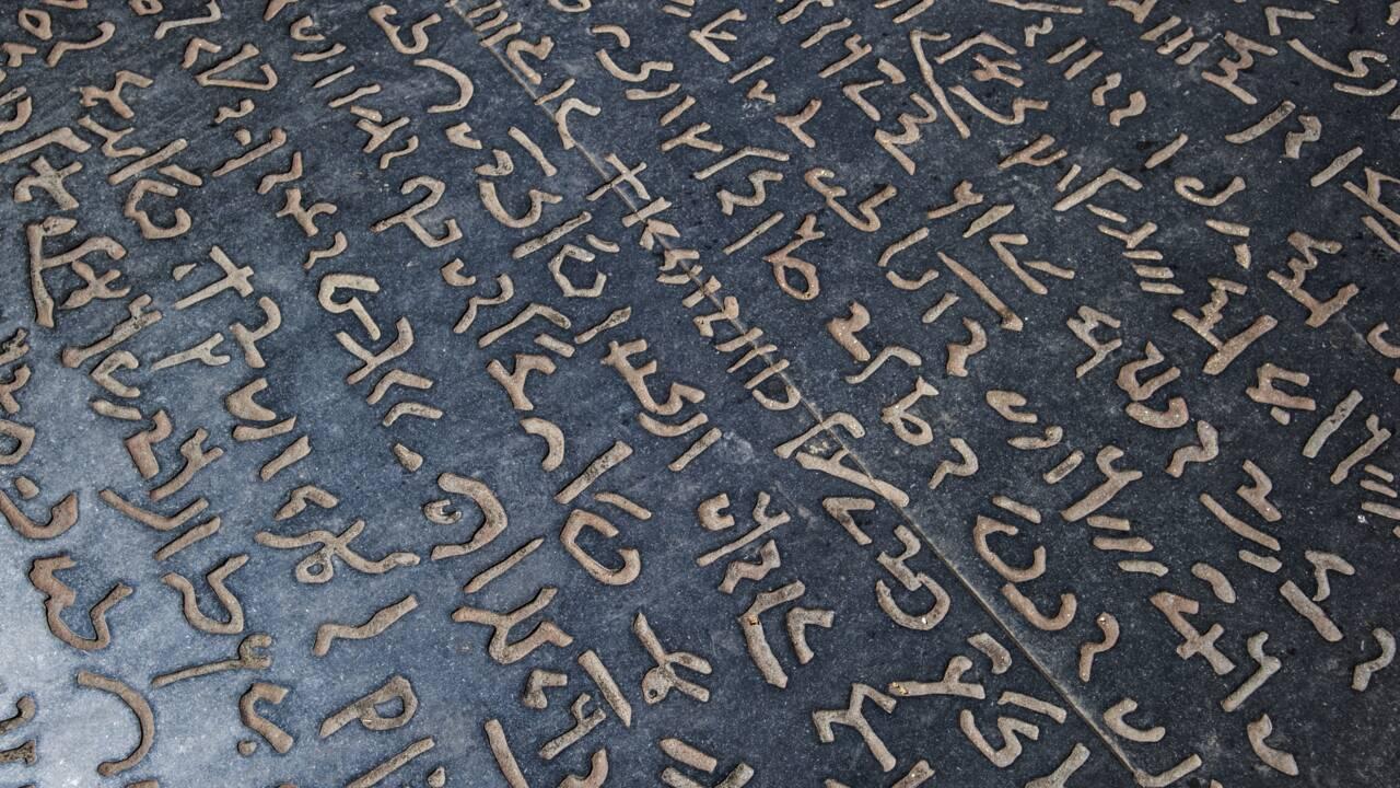 Pierre de Rosette : comment Champollion a-t-il réussi à la déchiffrer ?