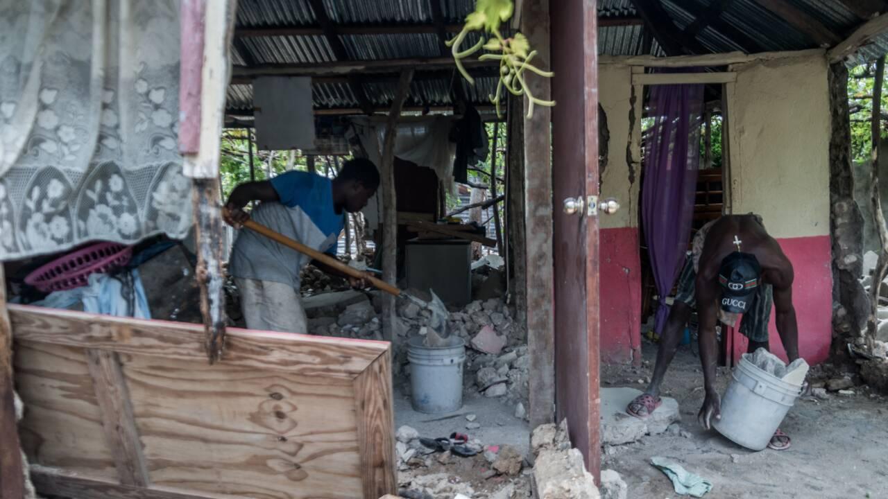 Séisme en Haïti: près de 2.200 morts, difficultés pour acheminer l'aide aux sinistrés