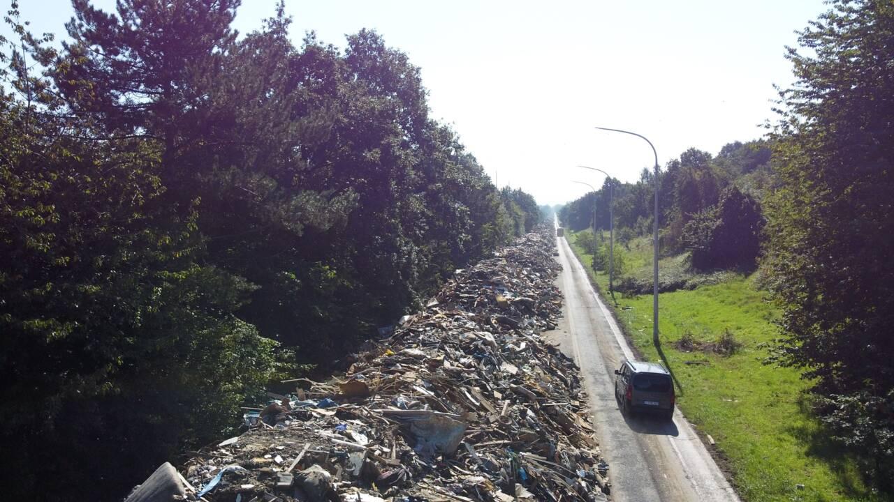 En Belgique une autoroute transformée en décharge géante après les inondations
