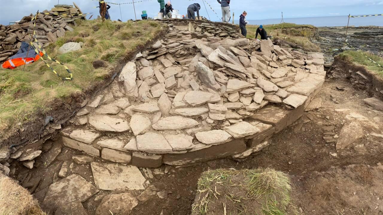 De mystérieuses boules de pierre exhumées d'une tombe de 5500 ans aux Orcades