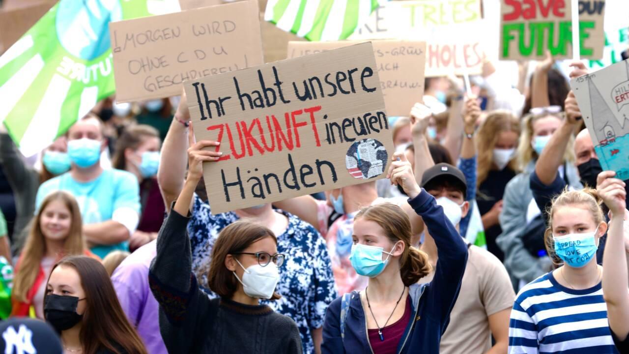 """Allemagne: Greta Thunberg prêche pour le climat, Angela Merkel pour la """"stabilité"""""""