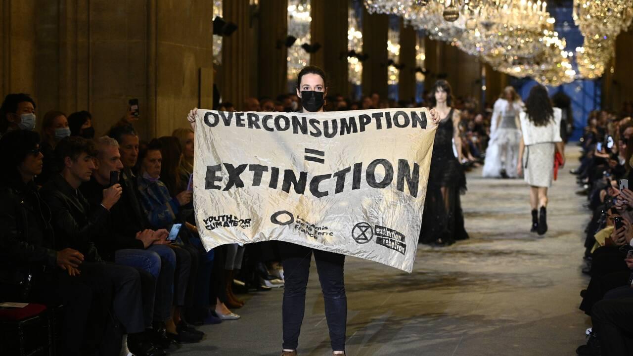 Incursion de militants pour le climat au défilé Louis Vuitton à Paris