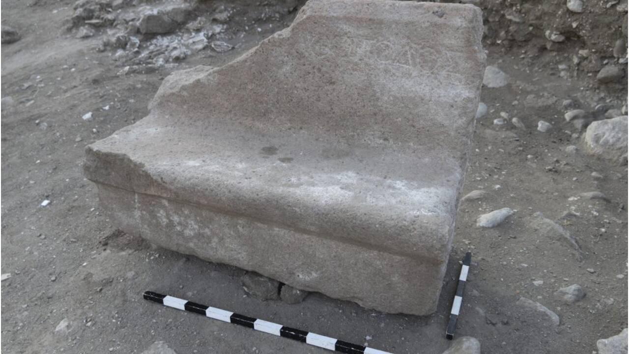 """Des """"sièges VIP"""" mis au jour dans les ruines d'un amphithéâtre romain en Turquie"""