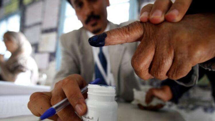 Lors des élections en Tunisie, pour éviter les fraudes, les votants trempent leur doigt dans de l'encre indélébile. © REUTERS.