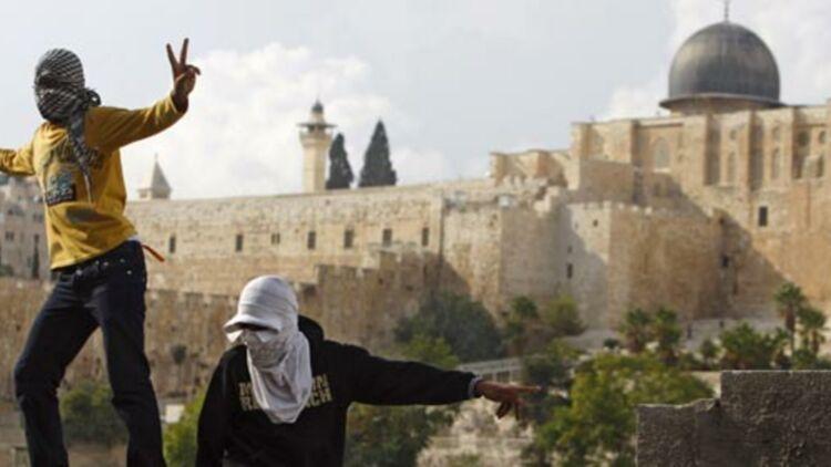 De jeunes Palestiniens devant la vieille ville de Jérusalem, en octobre 2009. © REUTERS.