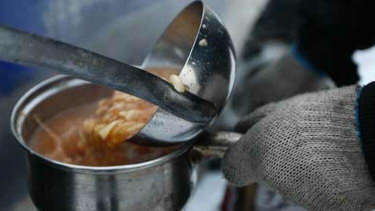 Un homme se fait servir la soupe populaire. © REUTERS.