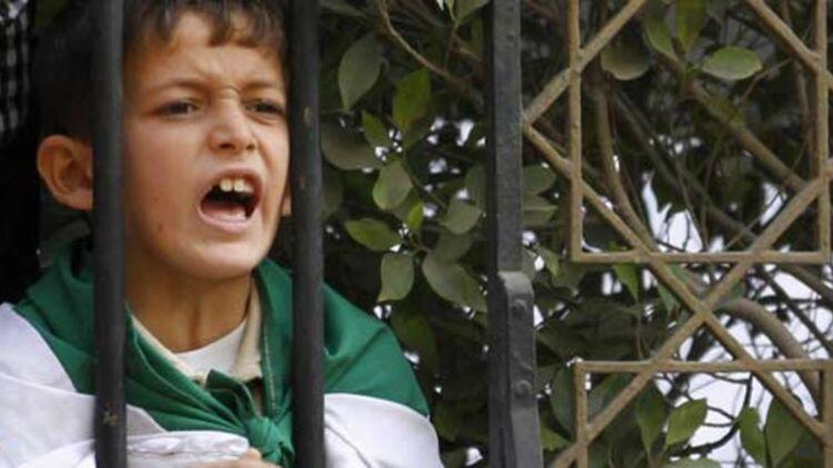 Un petit garçon crie des slogans hostiles à Bachar el-Assad, au Caire le 2 novembre 2011, lors d'une réunion de la Ligue arabe. © REUTERS.