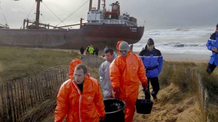 Un navire de commerce maltais s'est échoué sur une plage d'Erdeven (Bretagne), le vendredi 16 décembre 2011, polluant une partie du rivage. © REUTERS.