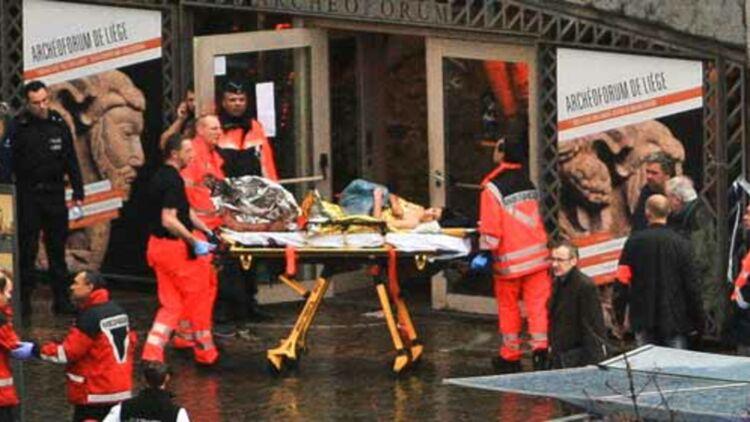 Des secouristes évacuent les personnes blessées lors de la tuerie Place Saint Lambert, à Liège, le 13 décembre 2011. © REUTERS.