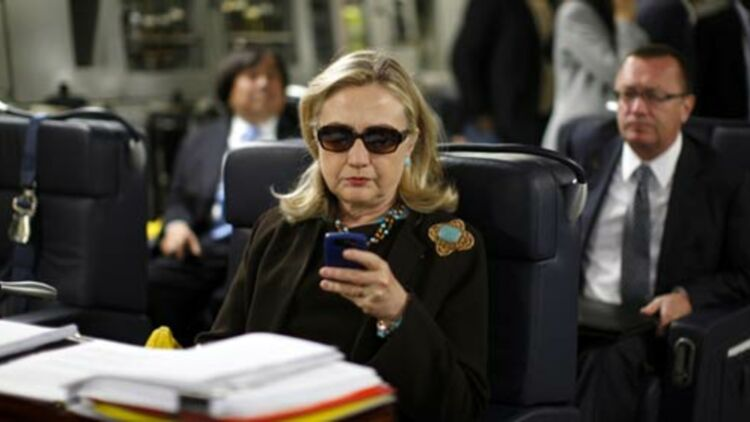 Même Hillary Clinton consulte ses derniers messages avant le décollage de Malte pour Tripoli (octobre 2011) ©REUTERS