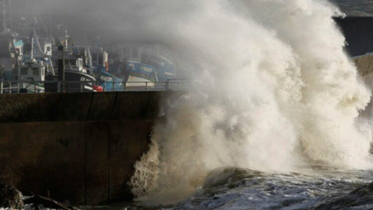 Une vague frappe la digue de Pornic le 8 novembre 2010 - ©REUTERS