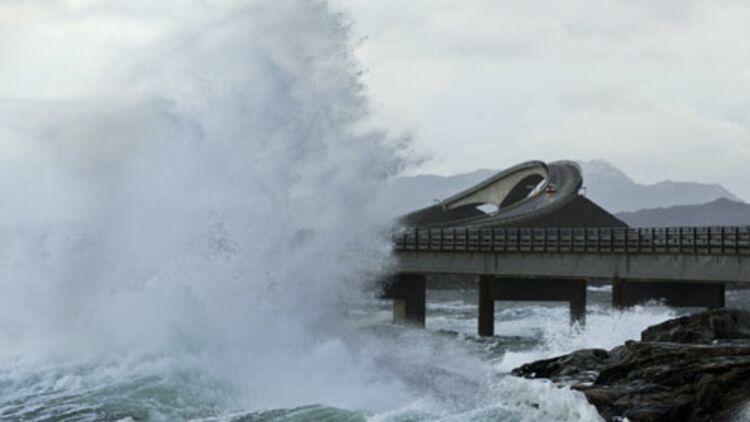 Une vague géante s'écrase sur la route Atlantique à Averoey, Norvège ©REUTERS