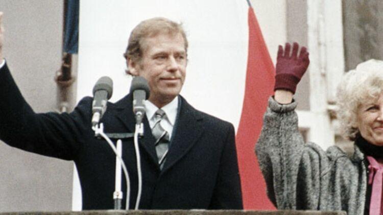 Vaclav Havel, à peine élu président de la Tchécoslovaquie, et son épouse, saluent les citoyens de Prague (1989) ©REUTERS