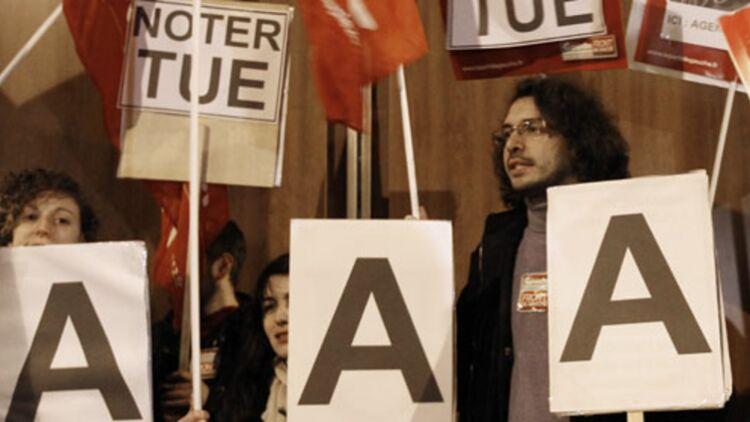 Une manifestation du Front de gauche devant les bureaux de l'agence de notation Standard and Poor's à Paris. © REUTERS