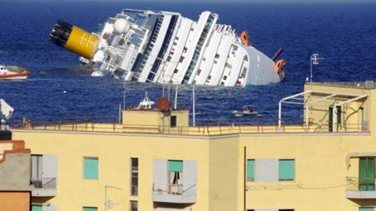 Vider le navire Costa Concordia de son carburant pourrait prendre plusieurs semaines. © REUTERS