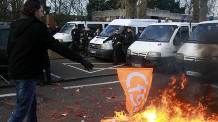 Un salarié de SeaFrance brûle un drapeau de la CFDT à Calais, le 10 janvier dernier. © REUTERS.