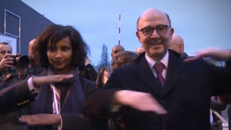 Pierre Moscovici esquisse le signe qui fait le tour de la Toile depuis dimanche. © Capture d'écran Dailymotion.