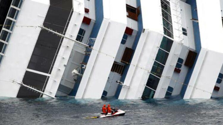 Des secouristes arrivent près du navire de croisière du Costa Concordia. © REUTERS