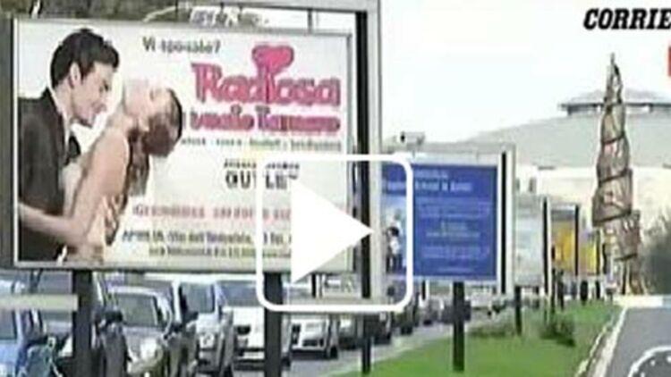 Le panneau publicitaire, via Tuscolana (Rome), à l'origine de l'accident mortel. Capture d'écran de Corriere TV.