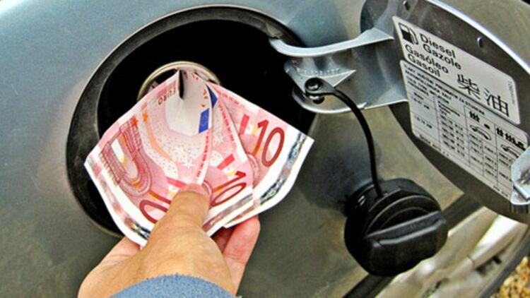 Les prix du carburant atteignent de nouveaux sommets en France. © REUTERS.