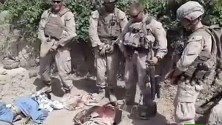 Des soldats américains urinant sur des insurgés talibans. Capture d'écran d'une vidéo Youtube