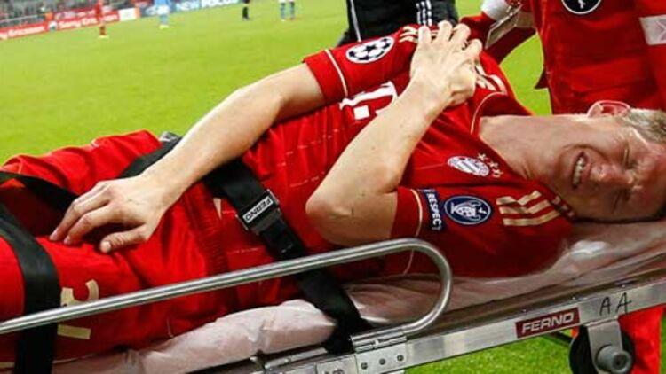 Le footballeur Bastian Schweinsteiger, du Bayern de Munich, est évacué sur une civière après une blessure pendant un match contre Naples, le 2 novembre 2011. Crédits : REUTERS.