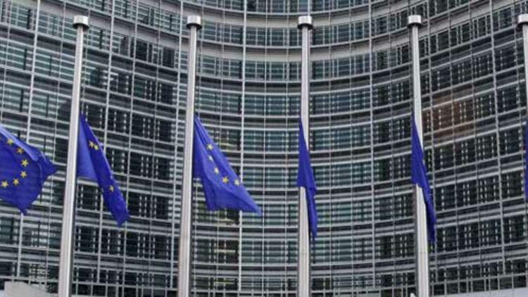 Drapeaux européens en berne devant les locaux de la Commission européenne. © REUTERS.