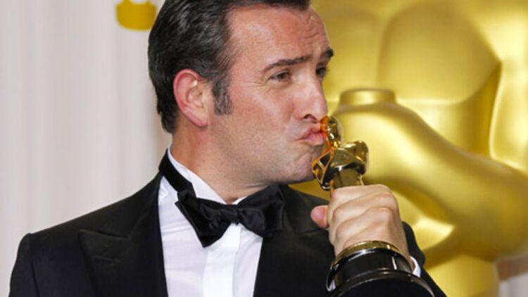 Jean Dujardin embrasse son Oscar du meilleur acteur, pour The Artist, le 26 février 2012 à Los Angeles. © REUTERS.