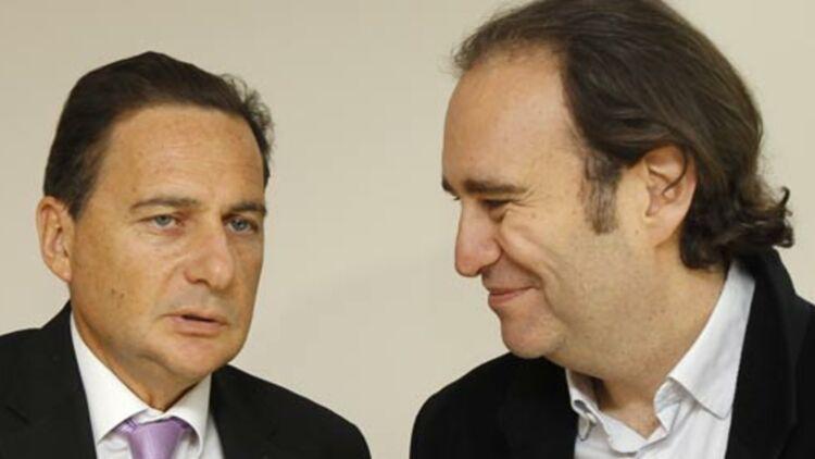Le ministre de l'Industrie Éric Besson avec le patron de Free Xavier Niel, lors d'une visite au siège de Free à Paris, le 3 février 2012. © REUTERS