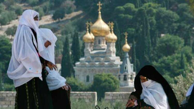 À Jérusalem, des femmes musulmanes sur l'esplanade des Mosquées, qui domine l'église orthodoxe russe Sainte-Marie-Madeleine. ©REUTERS.