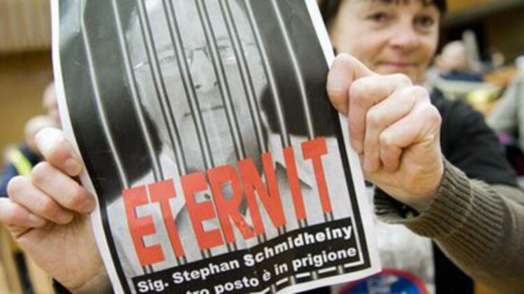 """""""Ta place est en prison"""", peut-on lire sur cette affiche, à l'occasion du procès des patrons d'Eternit à Turin. © REUTERS."""