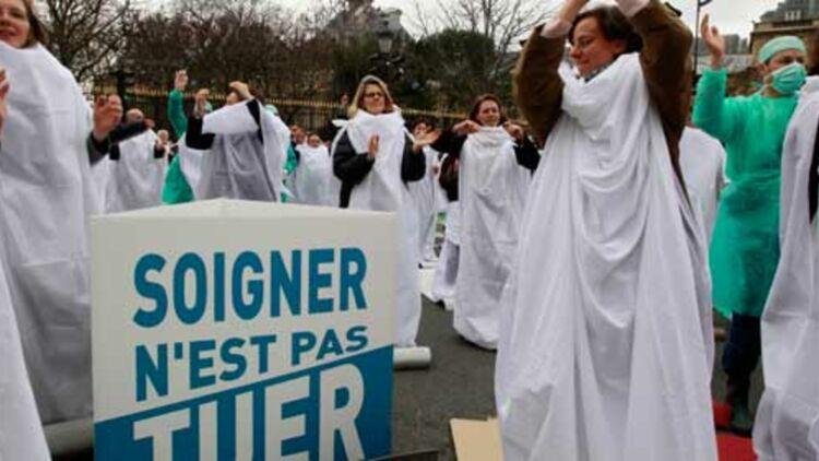 Manifestation hostile à la légalisation de l'euthanasie, près du Sénat en janvier 2011. © REUTERS.