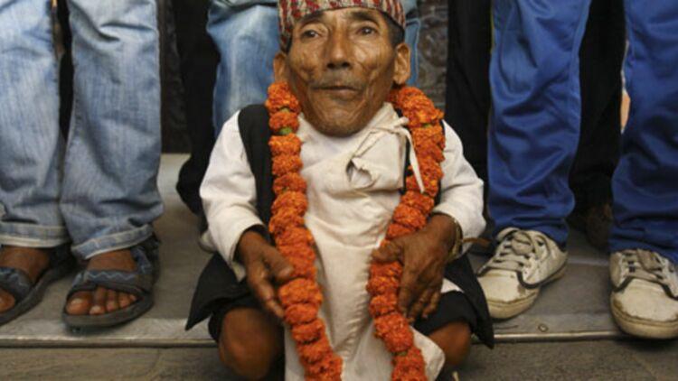 Dangi pose pour une photo à Katmandou (Népal), juste après avoir été certifié l'homme le plus petit du monde. © REUTERS