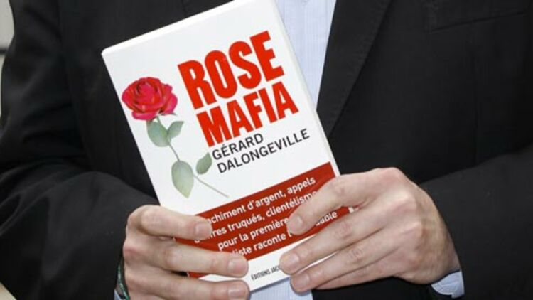 """Gérard Dalongeville, ancien maire socialiste de Hénin Beaumont, pose avec son livre """"Rose mafia"""" à Paris. © REUTERS"""