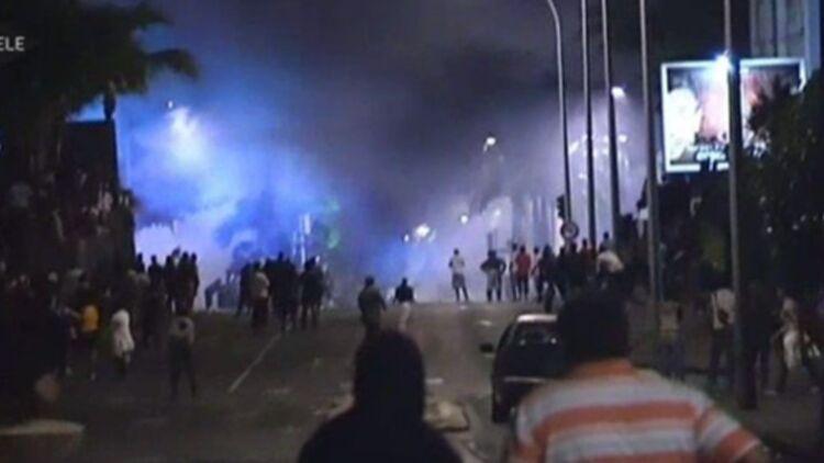 Scènes d'émeutes à la Réunion, dans la ville de Saint-Denis, le 24 février 2012. © Capture d'écran i>Télé.