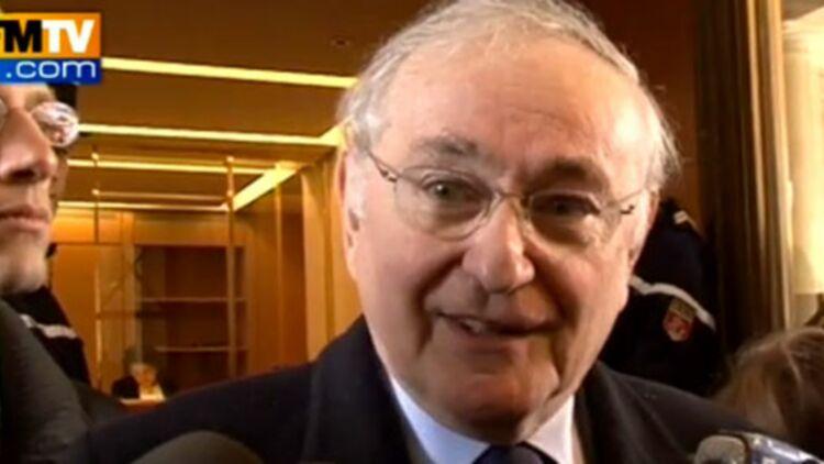 Jacques Cheminade remet ses parrainages au Conseil Constitutionnel, le 8 mars 2012. © Capture écran / BFM TV.