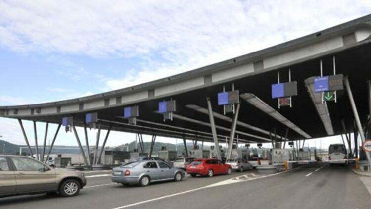 Des passagers attendent de passer la frontière entre la Slovénie et la Croatie, extérieure à l'espace Schengen. © REUTERS.