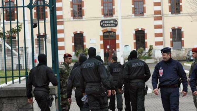 Les hommes du RAID arrivent à la caserne Pérignon de Toulouse, après l'assaut contre l'appartement de Mohamed Merah, le 22 mars 2012. © REUTERS.