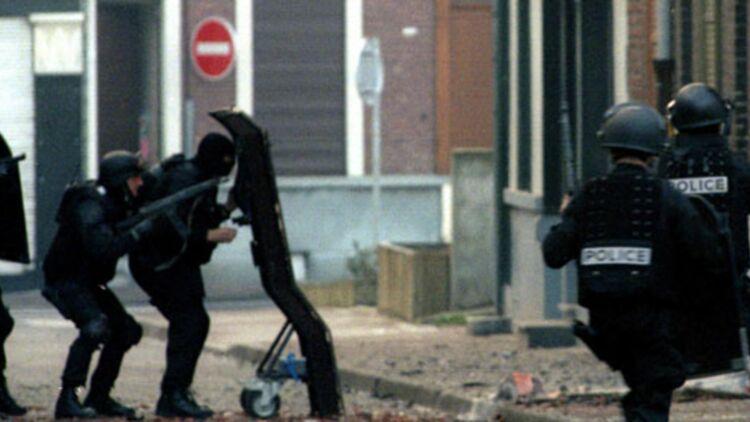 Le 29 mars 1996, le RAID donne l'assaut contre le QG du gang de Roubaix. © REUTERS.