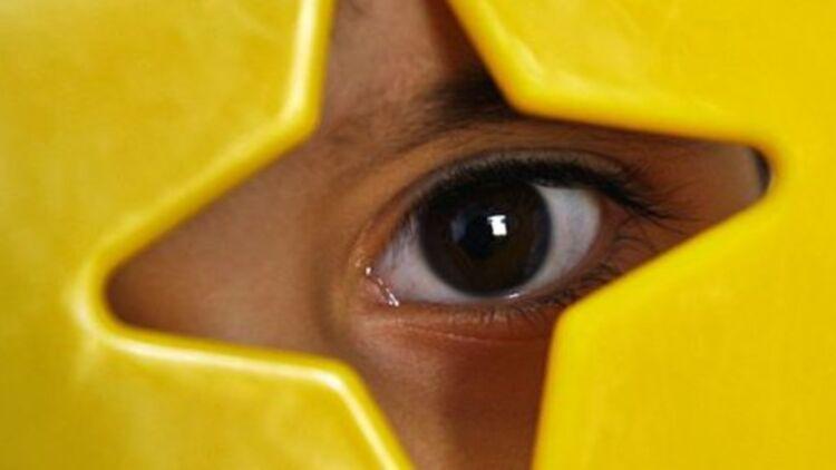 Un enfant autiste, caché derrière une chaise © Reuters