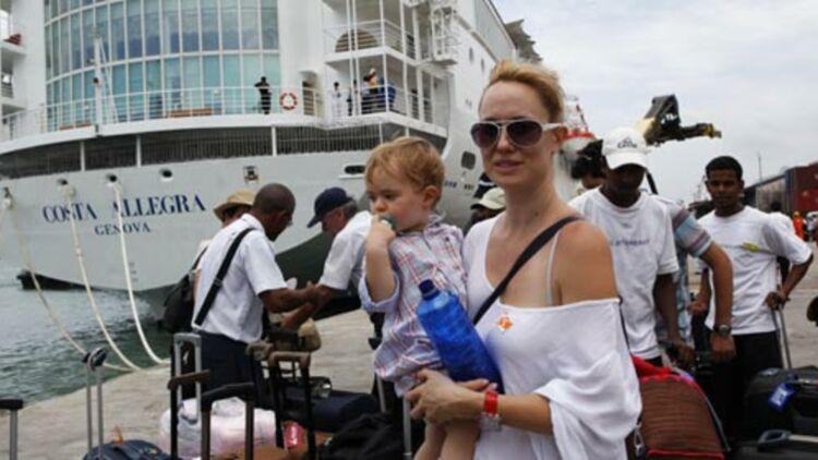 Une passagère avec son bébé, juste après avoir débarqué du Costa Allegra, dans le port de Mahé, aux Seychelles, le 1er mars 2012. © REUTERSs