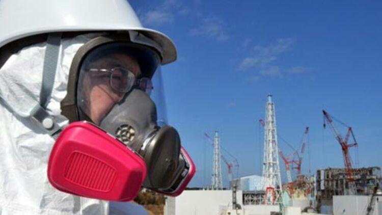 Un journaliste devant la centrale nucléaire de Fukushima Dai-ichi le 28 février 2012. © REUTERS
