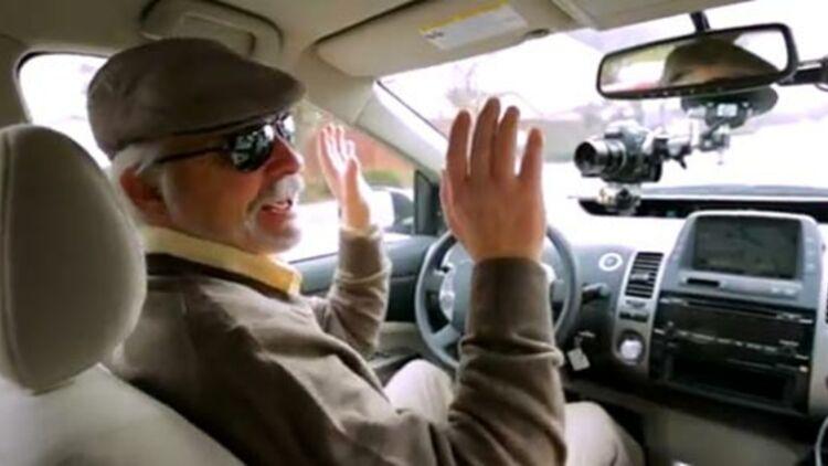 capture d'écran de la vidéo où l'on voit Steve Mahan, aveugle, se faire conduire par la Google car.